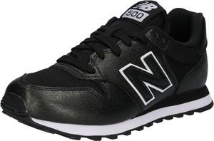 Czarne buty sportowe New Balance w młodzieżowym stylu