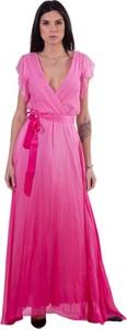 Różowa sukienka Guess z dekoltem w kształcie litery v z szyfonu