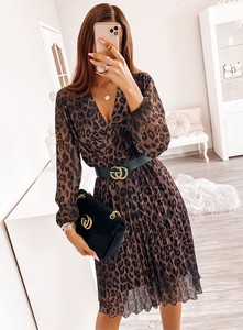 Sukienka Pakuten z dekoltem w kształcie litery v z długim rękawem
