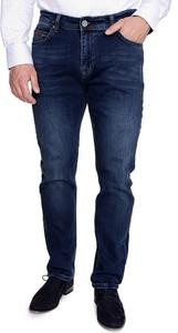 Granatowe jeansy eleger w street stylu