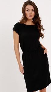 Czarna sukienka Diverse z krótkim rękawem prosta z dekoltem w łódkę