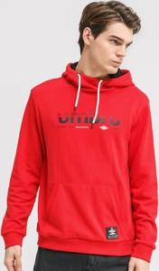 Czerwona bluza Umbro w młodzieżowym stylu