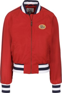 Czerwona kurtka Tommy Hilfiger w street stylu