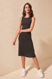 Czarna sukienka Trendyol z okrągłym dekoltem midi prosta