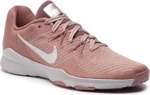 Różowe buty sportowe Nike w sportowym stylu sznurowane z płaską podeszwą