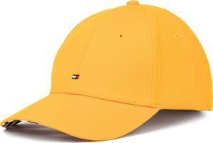 Żółta czapka Tommy Hilfiger w młodzieżowym stylu