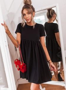 Czarna sukienka SELFIEROOM z okrągłym dekoltem rozkloszowana z krótkim rękawem