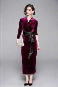 Sukienka Ferraga z długim rękawem maxi z dekoltem w kształcie litery v