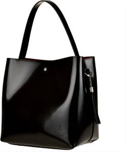 Czarna torebka vezze w stylu glamour