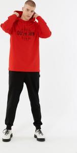 Czerwona bluza Outhorn w młodzieżowym stylu