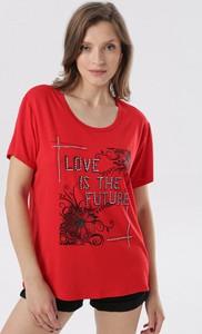 Czerwona bluzka born2be z krótkim rękawem z okrągłym dekoltem w młodzieżowym stylu