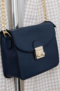Granatowa torebka Olika na ramię matowa w stylu glamour