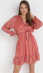 Czerwona sukienka born2be mini z dekoltem w kształcie litery v z długim rękawem