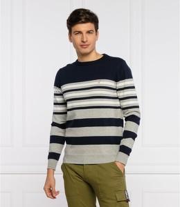 Sweter Guess w młodzieżowym stylu z okrągłym dekoltem