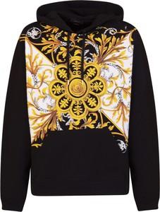 Czarna bluza Versace w młodzieżowym stylu
