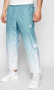 Niebieskie spodnie sportowe Adidas w sportowym stylu