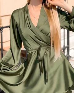 Zielona sukienka Kendallme kopertowa z dekoltem w kształcie litery v z długim rękawem
