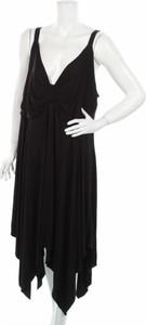 Czarna sukienka Ulla Popken z dekoltem w kształcie litery v na ramiączkach asymetryczna
