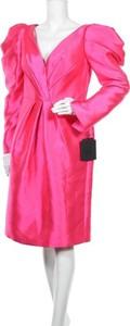 Różowa sukienka Pronovias z długim rękawem z dekoltem w kształcie litery v