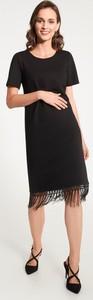 Czarna sukienka QUIOSQUE z krótkim rękawem z okrągłym dekoltem