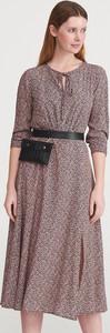 Różowa sukienka Reserved w stylu casual midi z długim rękawem