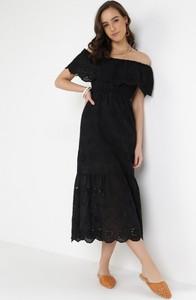 Sukienka born2be z odkrytymi ramionami