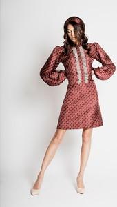 385ca338a9 Różowa sukienka MYOKO z długim rękawem z okrągłym dekoltem