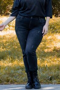 Granatowe jeansy KARKO z bawełny w stylu casual