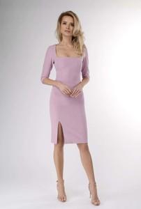 Różowa sukienka Nommo midi ołówkowa