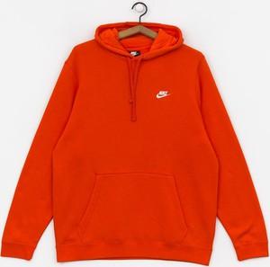Czerwona bluza Nike w młodzieżowym stylu
