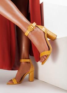 Żółte sandały Renee na wysokim obcasie z klamrami na słupku