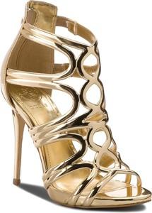 Złote sandały guess na zamek ze skóry ekologicznej na szpilce