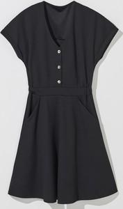 Czarna sukienka Mohito rozkloszowana w stylu casual