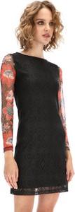 Sukienka Desigual z okrągłym dekoltem trapezowa