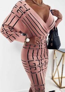 Różowa sukienka Arilook ołówkowa hiszpanka w stylu casual