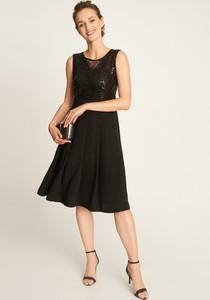 Czarna sukienka QUIOSQUE midi bez rękawów rozkloszowana