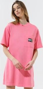 Różowa sukienka Nike z okrągłym dekoltem z krótkim rękawem