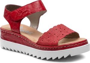 Czerwone sandały Rieker w stylu casual z klamrami na platformie