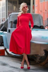 Czerwona sukienka Ivet.pl midi z długim rękawem rozkloszowana