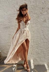 Złota sukienka LOU maxi na ramiączkach asymetryczna