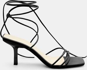 Czarne sandały Mohito na szpilce
