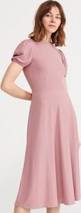 Różowa sukienka Reserved midi z krótkim rękawem
