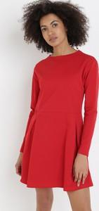 Czerwona sukienka born2be z okrągłym dekoltem w stylu casual