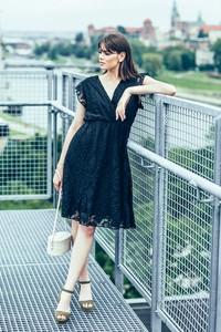 Czarna sukienka Endoftheday z krótkim rękawem kopertowa z dekoltem w kształcie litery v