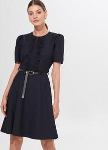 Granatowa sukienka Mohito z krótkim rękawem z okrągłym dekoltem