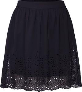 Czarna spódnica Vero Moda w street stylu