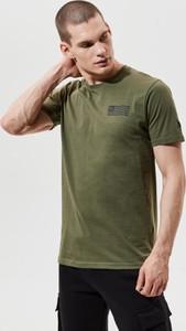 T-shirt New Era w młodzieżowym stylu