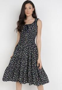 Granatowa sukienka born2be rozkloszowana