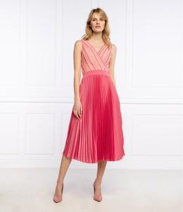 Różowa sukienka Guess by Marciano midi bez rękawów