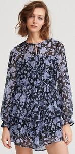 Granatowa sukienka Reserved rozkloszowana z długim rękawem z okrągłym dekoltem